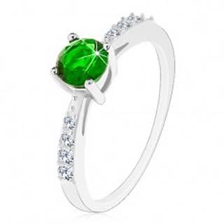 Strieborný 925 prsteň, lesklé ramená vykladané čírymi zirkónikmi, zelený zirkón - Veľkosť: 49 mm