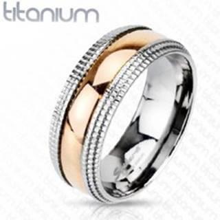 Titánový prsteň so vzorovanými okrajmi a stredom ružovozlatej farby - Veľkosť: 49 mm