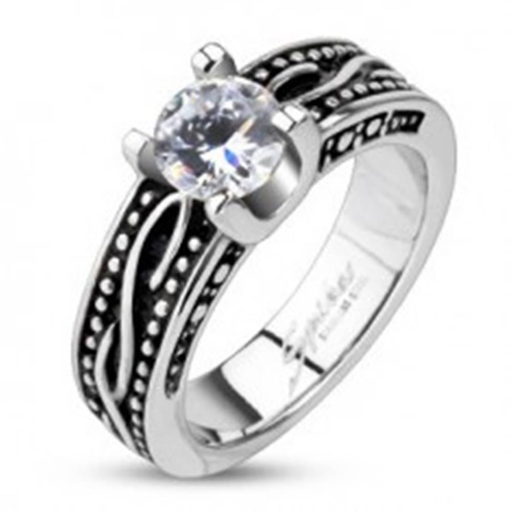 Šperky eshop Patinovaný prsteň z chirurgickej ocele so zirkónom - Veľkosť: 48 mm