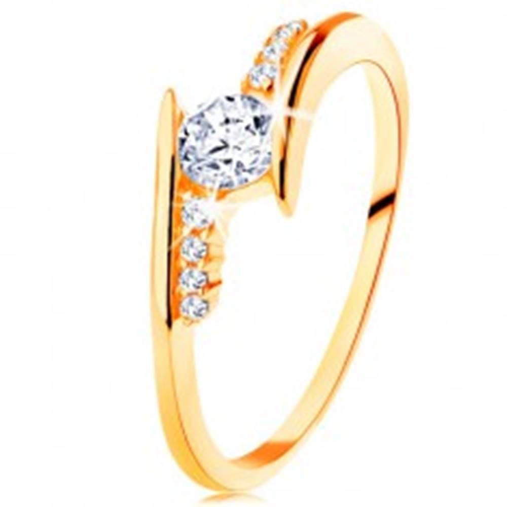 Šperky eshop Prsteň v žltom 14K zlate - zahnuté ramená, číre zirkónové línie, okrúhly zirkón - Veľkosť: 50 mm