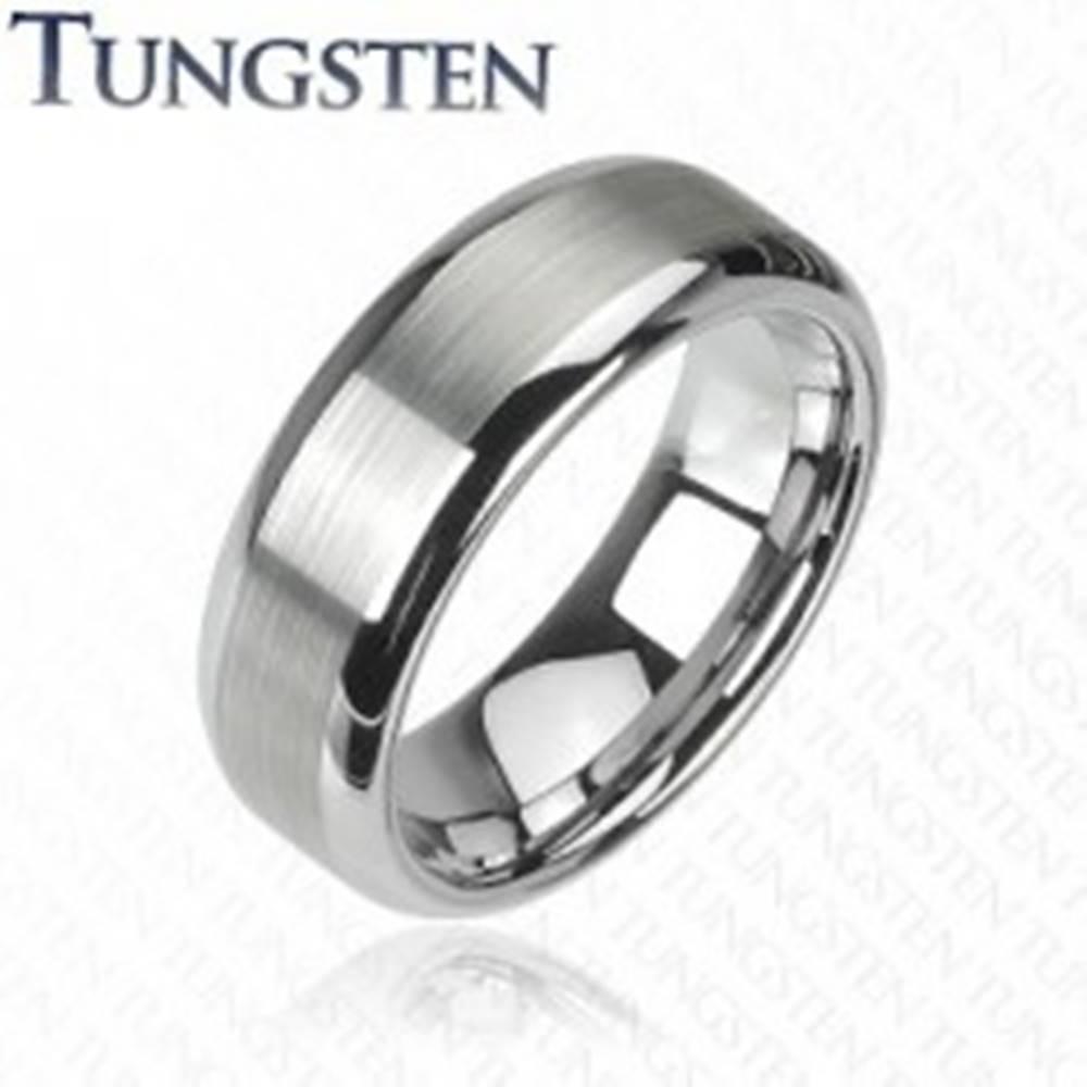 Šperky eshop Prsteň z wolfrámu striebornej farby - brúsený stredový pás, lesklé okraje - Veľkosť: 49 mm, Šírka: 6 mm