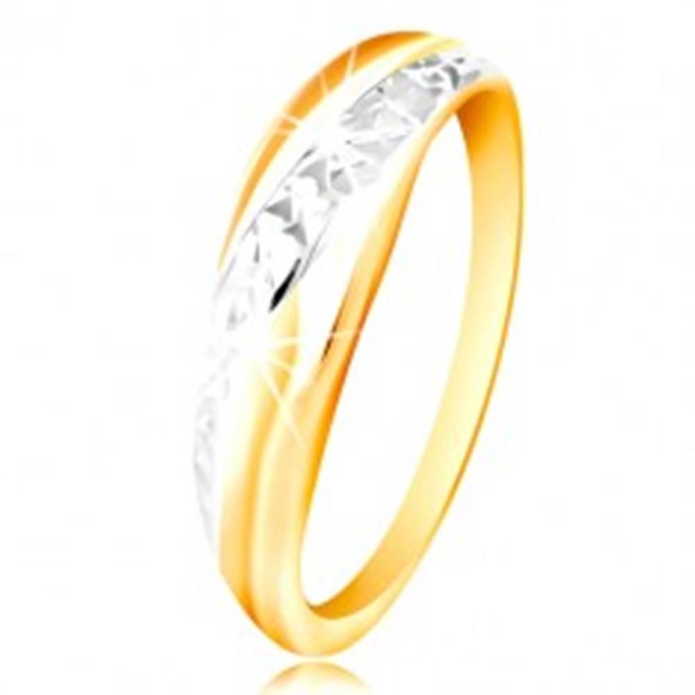 Šperky eshop Prsteň zo zlata 585 - línie z bieleho a žltého zlata, ligotavý brúsený povrch - Veľkosť: 48 mm
