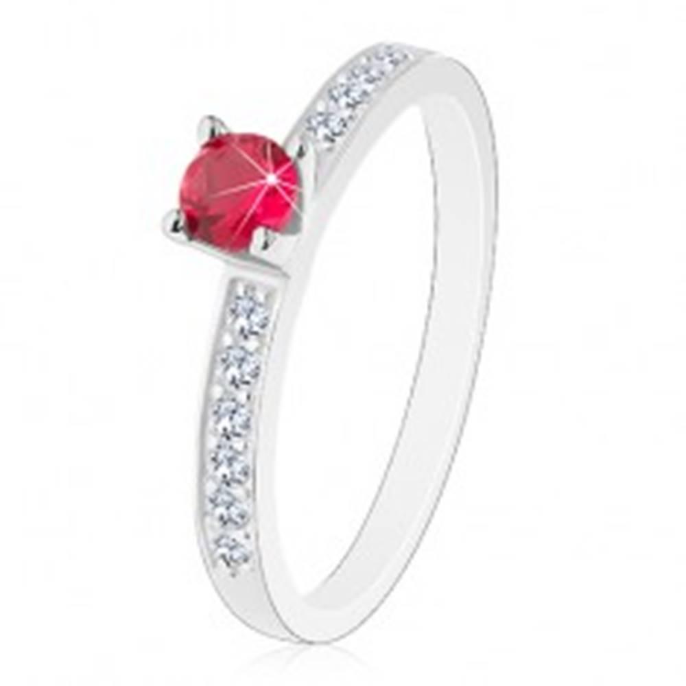 Šperky eshop Strieborný 925 prsteň - vykladané trblietavé ramená, ružovo-červený zirkón - Veľkosť: 49 mm