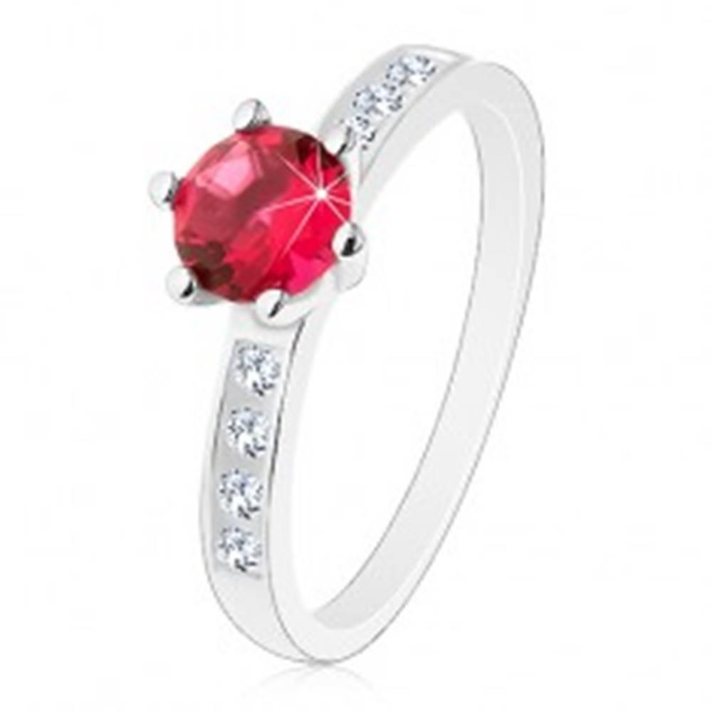 Šperky eshop Strieborný 925 prsteň - zdobené ramená, tmavoružový okrúhly zirkón - Veľkosť: 50 mm