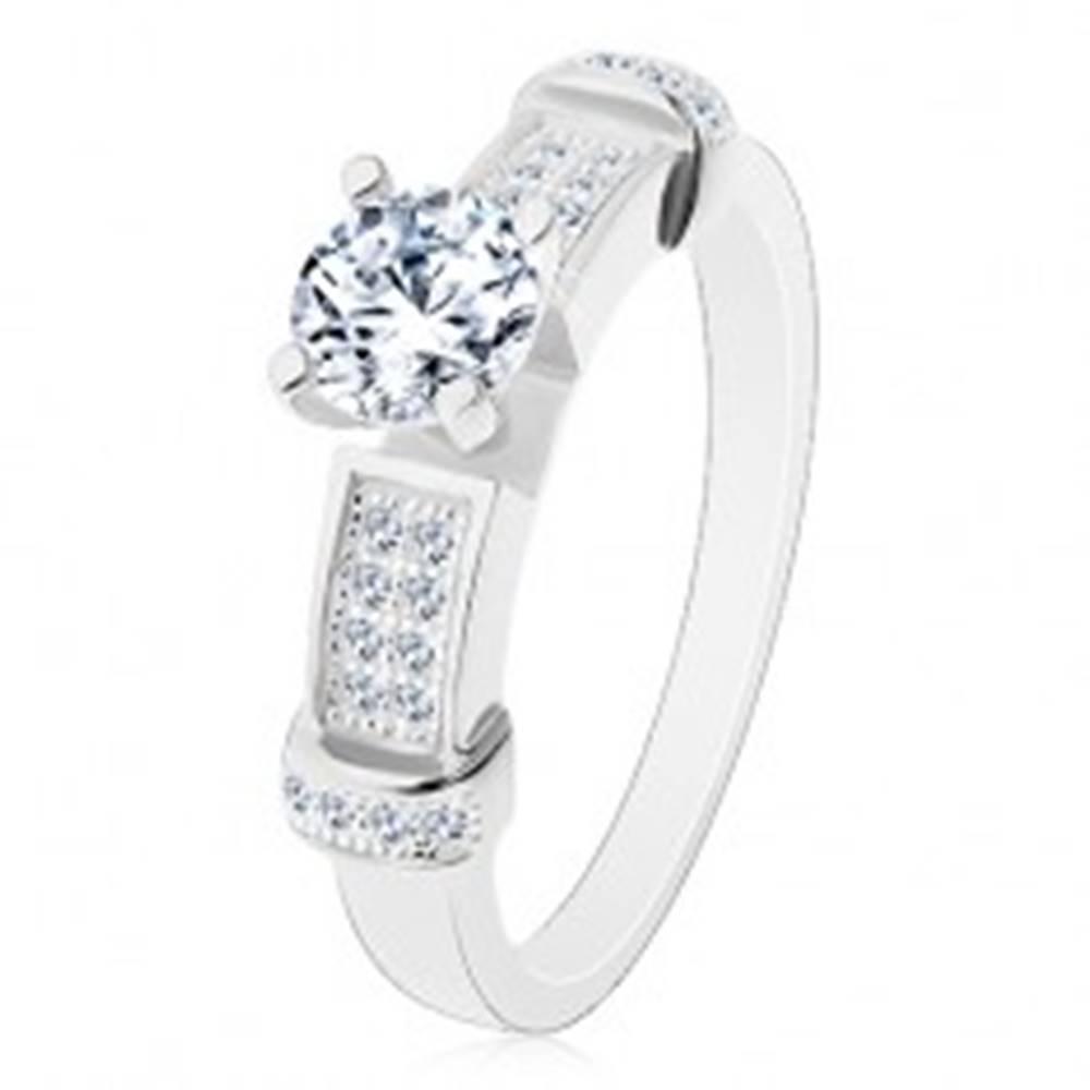 Šperky eshop Strieborný prsteň 925, okrúhly zirkón čírej farby, dekoratívne ramená - Veľkosť: 49 mm