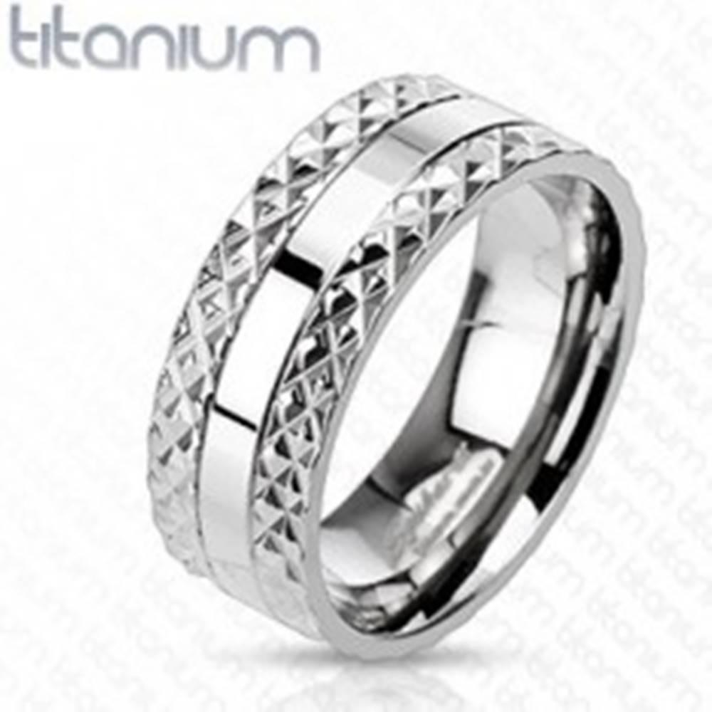 Šperky eshop Titánový prsteň s vyrezávaným vzorom po stranách - Veľkosť: 59 mm