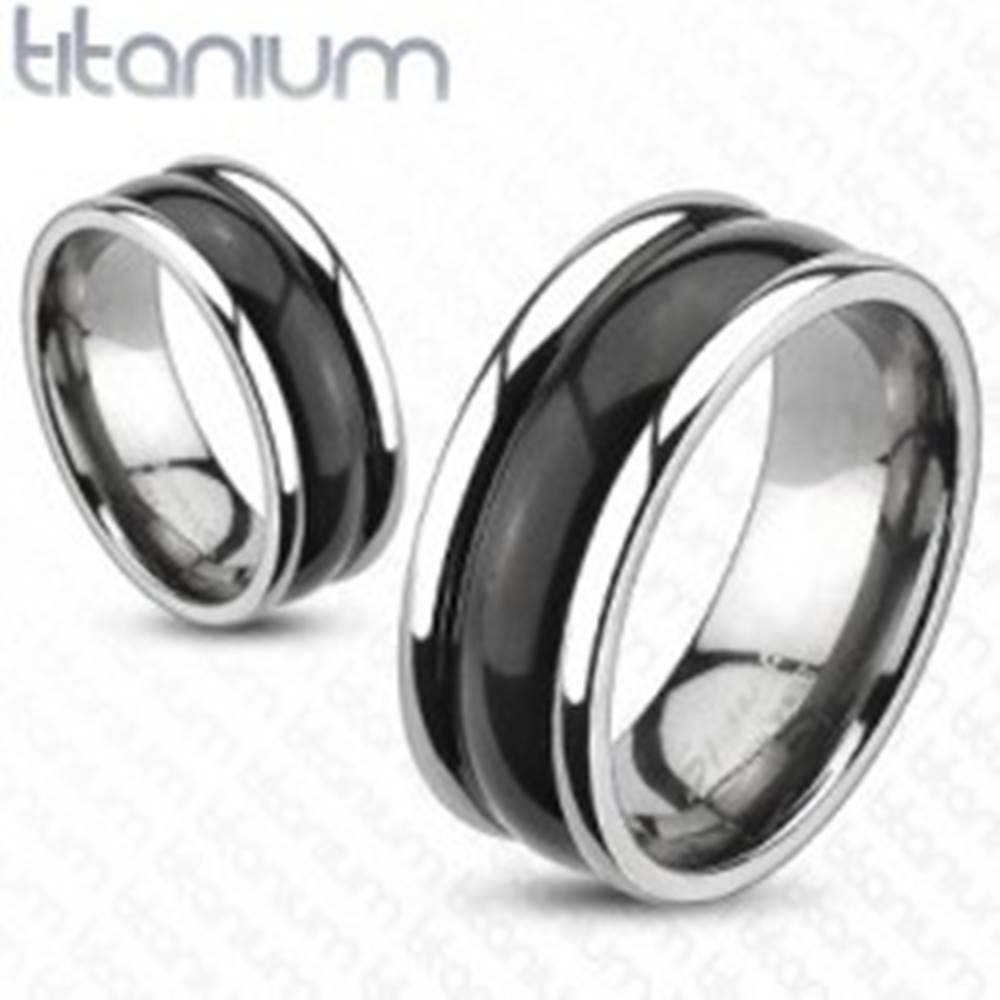 Šperky eshop Titánový prsteň s vyvýšenými okrajmi a oblým čiernym stredom - Veľkosť: 48 mm