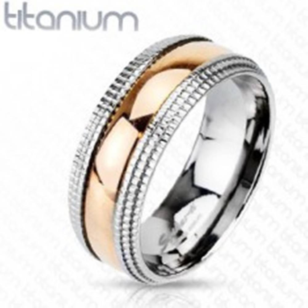 Šperky eshop Titánový prsteň so vzorovanými okrajmi a stredom ružovozlatej farby - Veľkosť: 49 mm