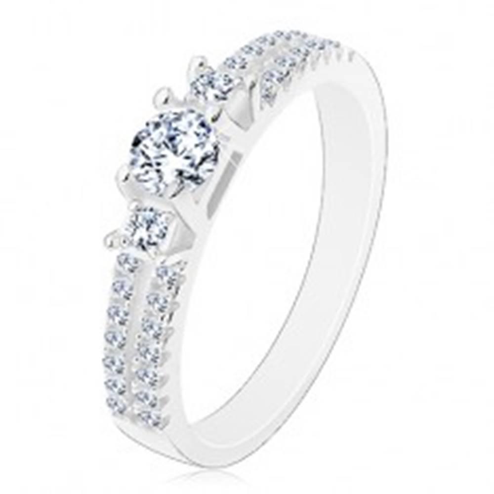 Šperky eshop Zásnubný prsteň, striebro 925, rozdelené zirkónové ramená, tri číre zirkóny - Veľkosť: 50 mm