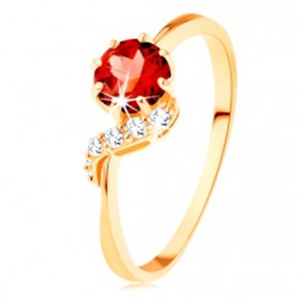Šperky eshop Zlatý prsteň 585 - okrúhly granát červenej farby, ligotavá vlnka - Veľkosť: 49 mm