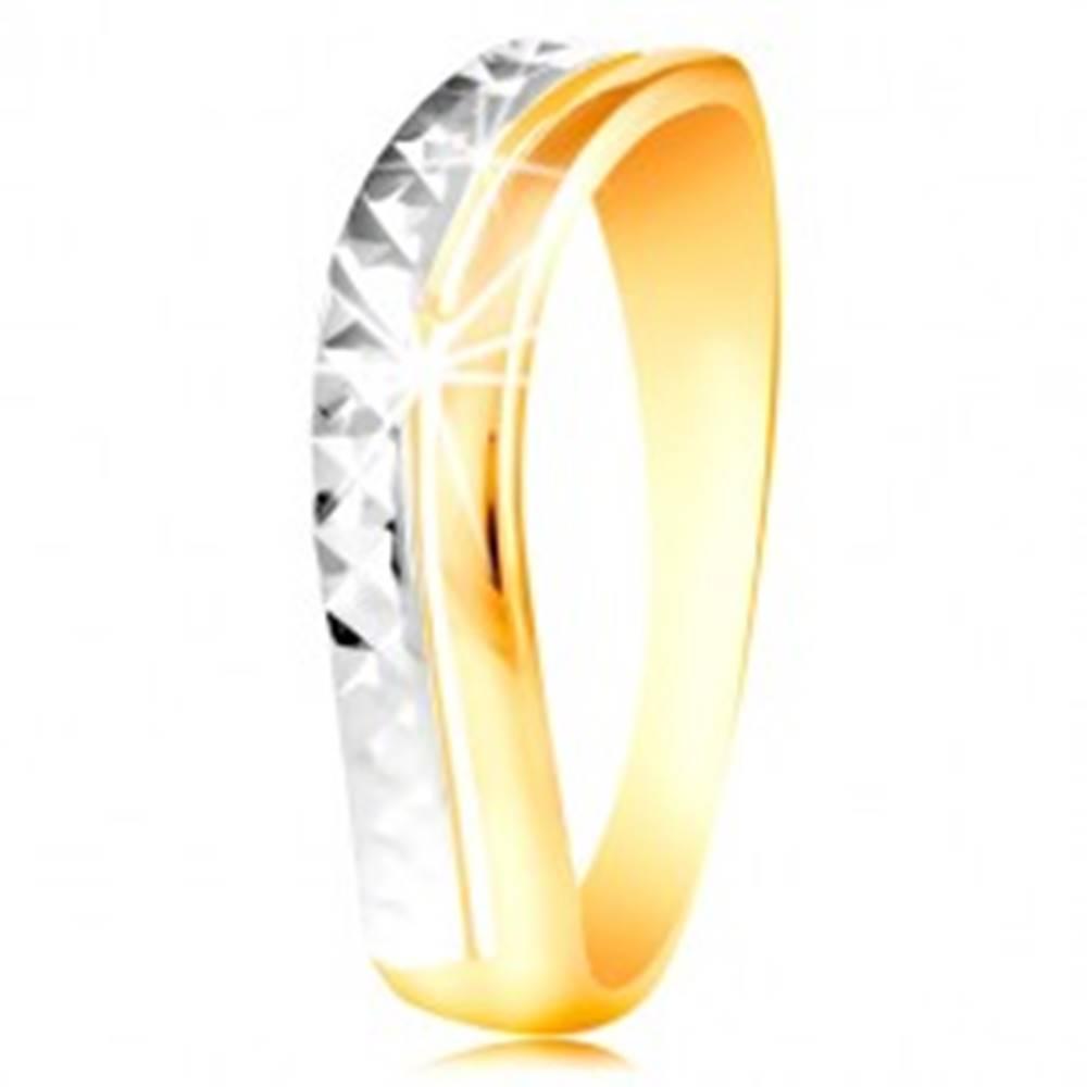 Šperky eshop Zlatý prsteň 585 - vlnka z bieleho a žltého zlata, ligotavý brúsený povrch - Veľkosť: 49 mm
