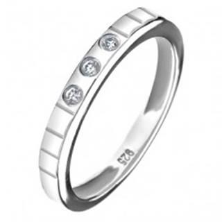 Strieborný prsteň 925 - tri vsadené zirkóny, gravírované linky - Veľkosť: 49 mm