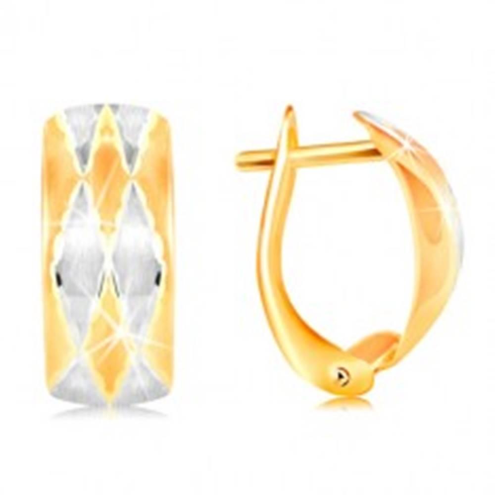 Šperky eshop Náušnice zo 14K zlata - matný oblúk zdobený kosoštvorcami, žlté a biele zlato