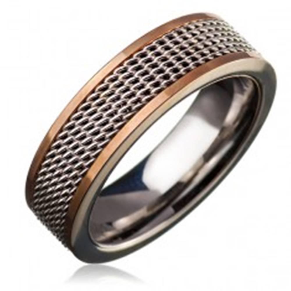 Šperky eshop Oceľový prsteň - retiazkový stredový pás, lem zlatej farby - Veľkosť: 49 mm
