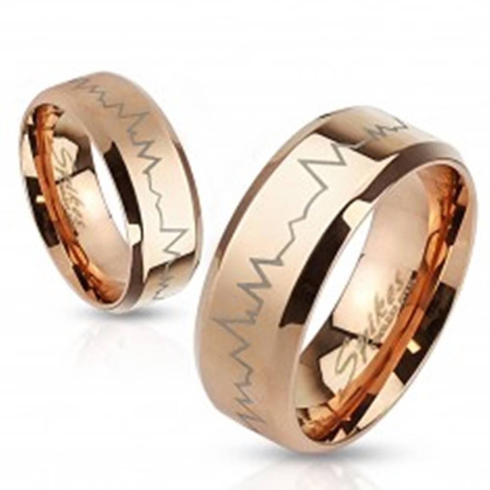 Šperky eshop Oceľový prsteň v medenom odtieni - tlkot srdca, skosené okraje, 8 mm - Veľkosť: 59 mm