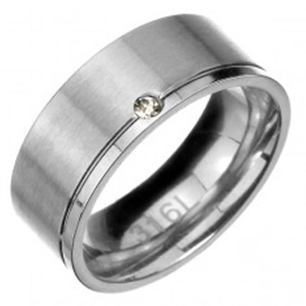 Šperky eshop Prsteň z ocele - matný pás s lesklým zárezom a zirkónom na okraji - Veľkosť: 57 mm