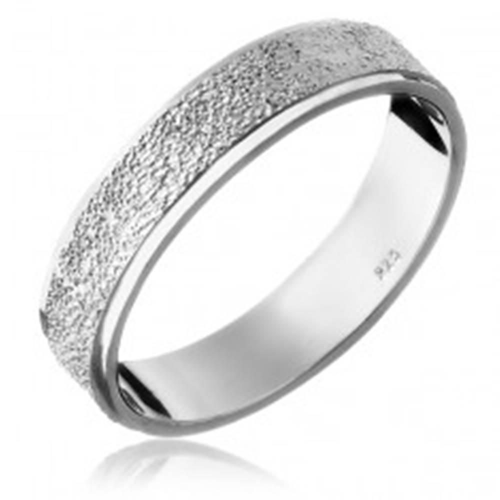 Šperky eshop Strieborný prsteň 925 - pieskovaný stredový pás - Veľkosť: 49 mm