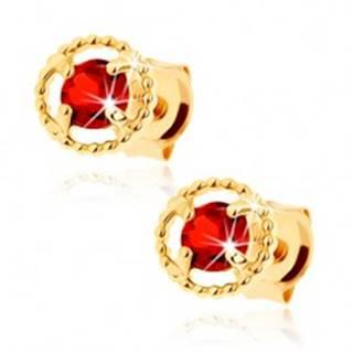 Náušnice zo žltého 14K zlata - vrúbkovaná kontúra kruhu, červený granát