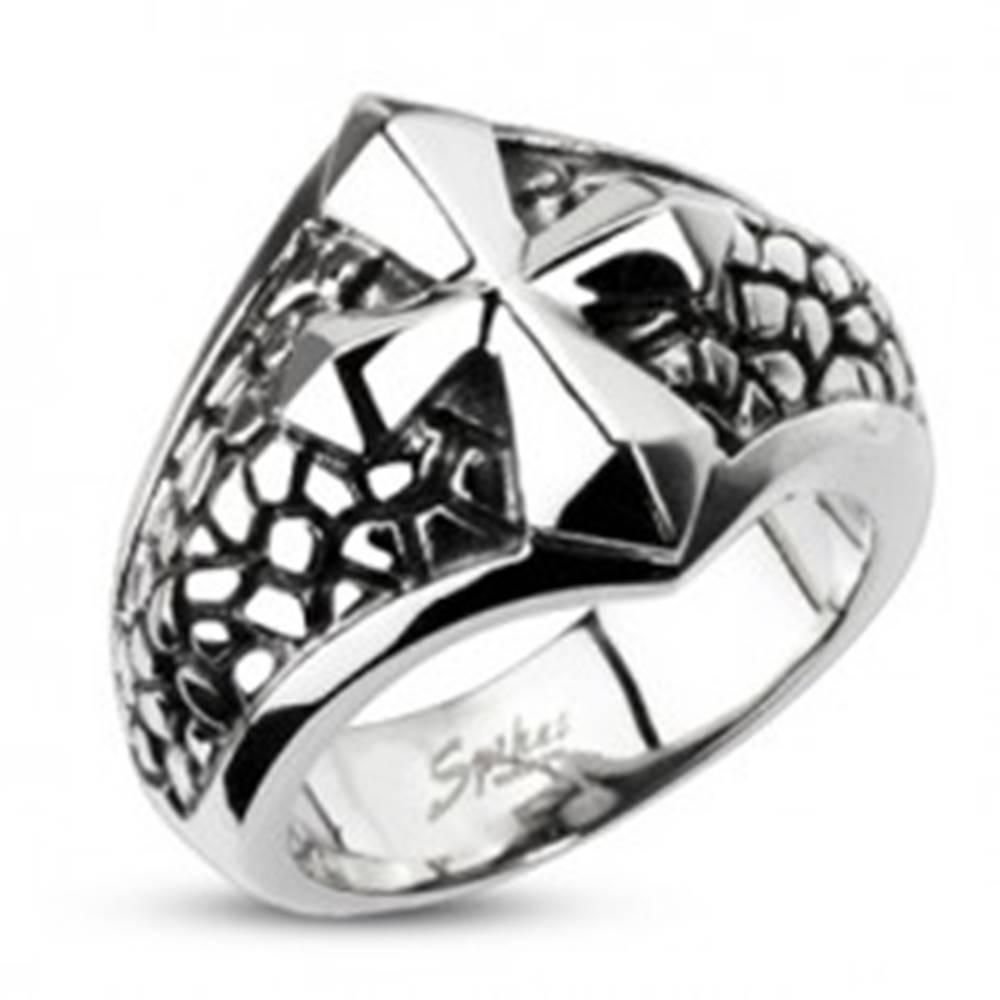 Šperky eshop Mohutnejší oceľový prsteň - kríž na podklade so vzorom prasklín - Veľkosť: 60 mm