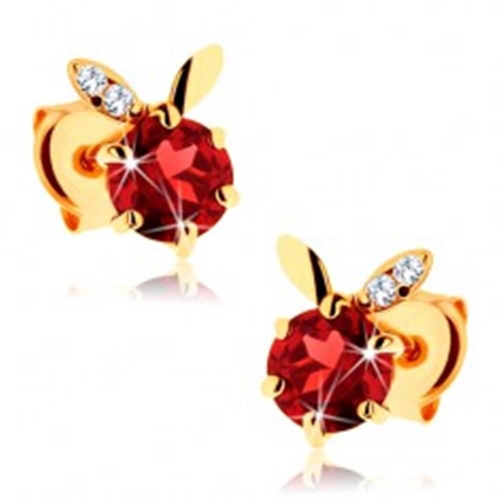 Šperky eshop Náušnice v žltom 14K zlate - okrúhly červený granát, dva lístočky
