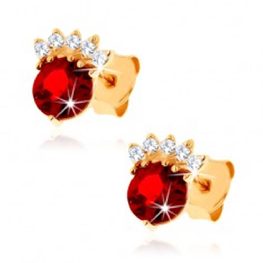 Šperky eshop Náušnice v žltom 14K zlate - okrúhly granát červenej farby, číra korunka