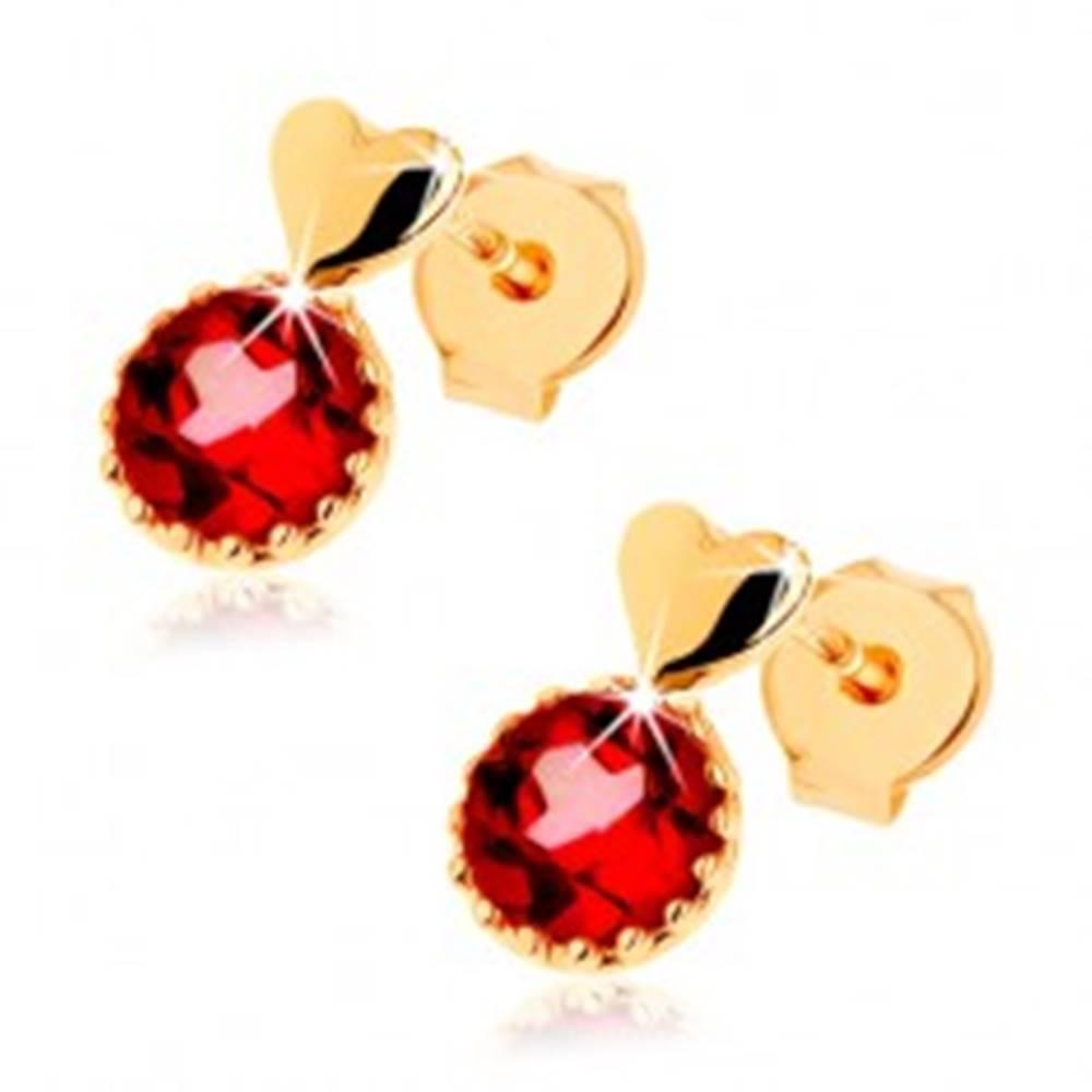 Šperky eshop Náušnice zo žltého 14K zlata, malé vypuklé srdce, okrúhly červený granát