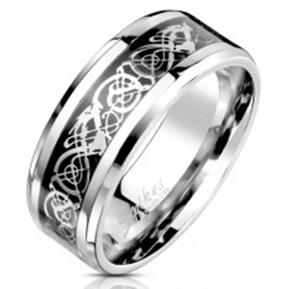 Šperky eshop Oceľová obrúčka s ornamentálnym motívom striebornej a čiernej farby, 8 mm - Veľkosť: 59 mm