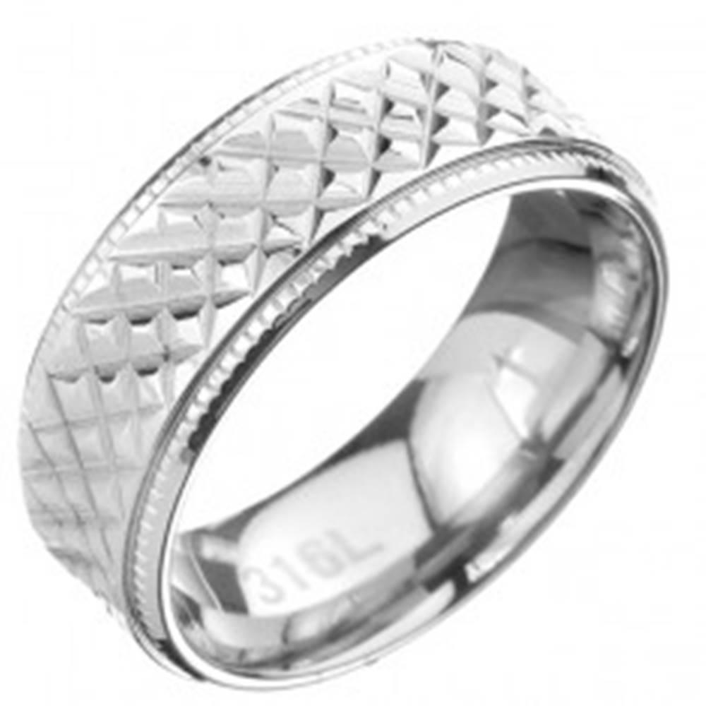 Šperky eshop Oceľový prsteň - obrúčka so šikmým ryhovaním a vrúbkovaným lemom - Veľkosť: 57 mm
