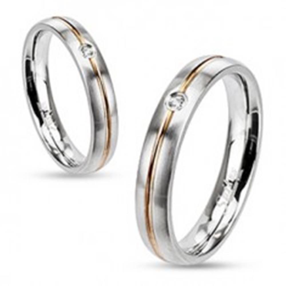 Šperky eshop Oceľový prsteň - strieborná farba, stredová ryha zlatej farby a zirkón - Veľkosť: 49 mm