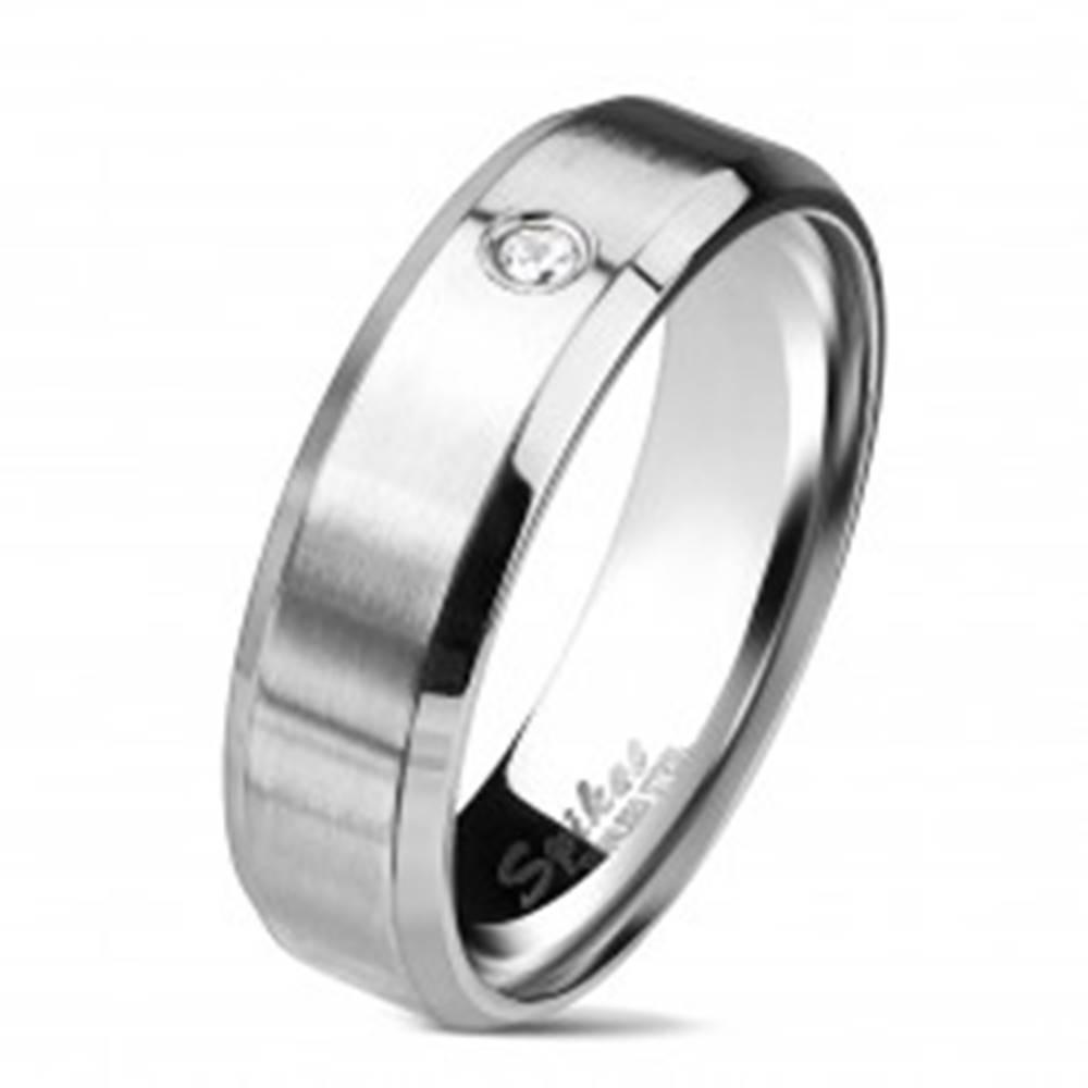 Šperky eshop Oceľový prsteň striebornej farby, matný pás s čírym zirkónom, 6 mm - Veľkosť: 49 mm