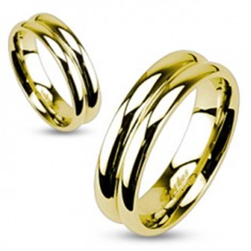 Šperky eshop Oceľový prsteň v zlatej farbe so zárezom v strede - Veľkosť: 49 mm