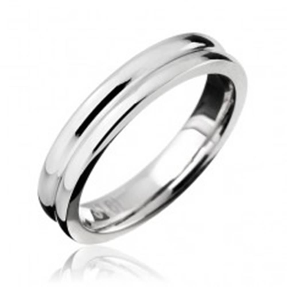 Šperky eshop Prsteň z ocele - obrúčka so zárezom v strede - Veľkosť: 49 mm
