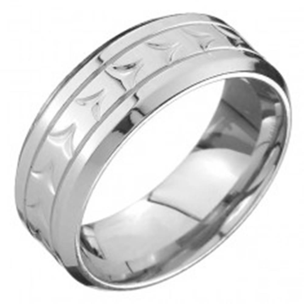 Šperky eshop Prsteň z ocele - obrúčka, V zárezy uprostred a dve línie rýh - Veľkosť: 57 mm