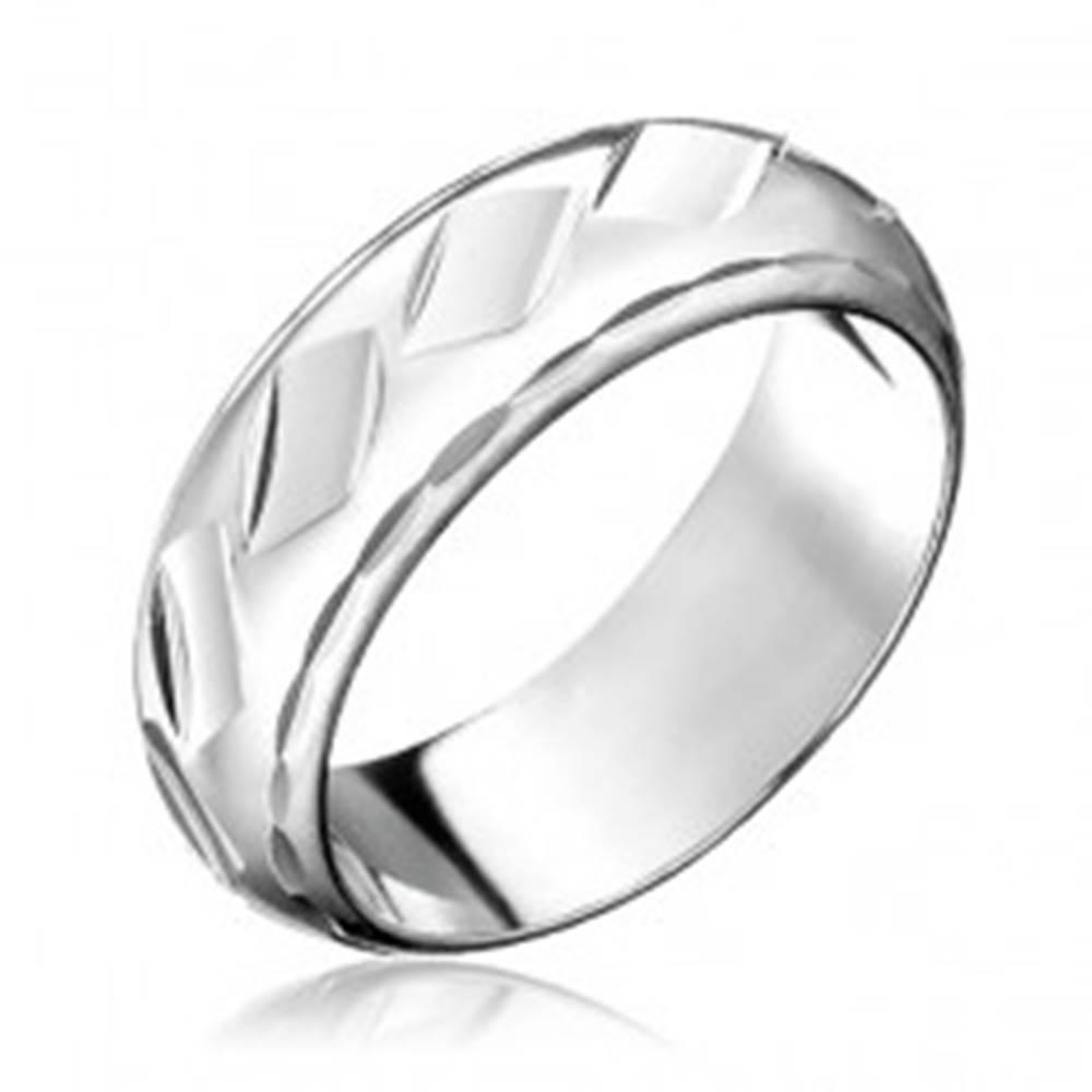 Šperky eshop Prsteň zo striebra 925 - lesklé kosoštvorcové priehlbinky - Veľkosť: 50 mm