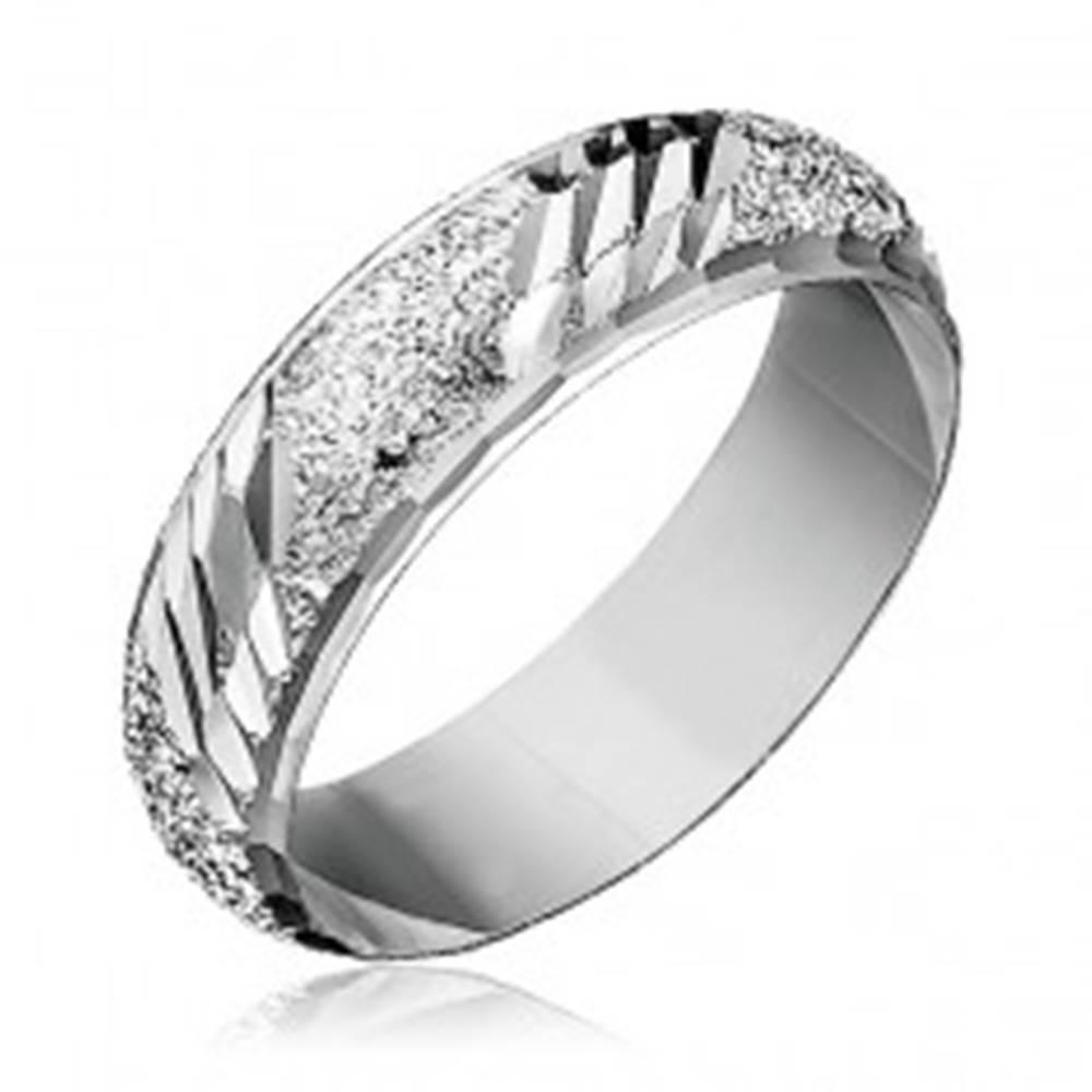 Šperky eshop Prsteň zo striebra 925 - pieskovaný so šikmými zárezmi - Veľkosť: 49 mm