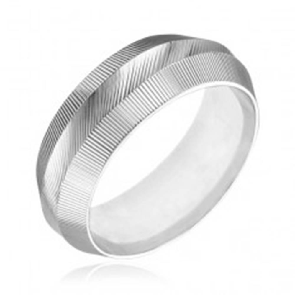 Šperky eshop Prsteň zo striebra 925 - zúžený, vrúbkovaný povrch - Veľkosť: 50 mm