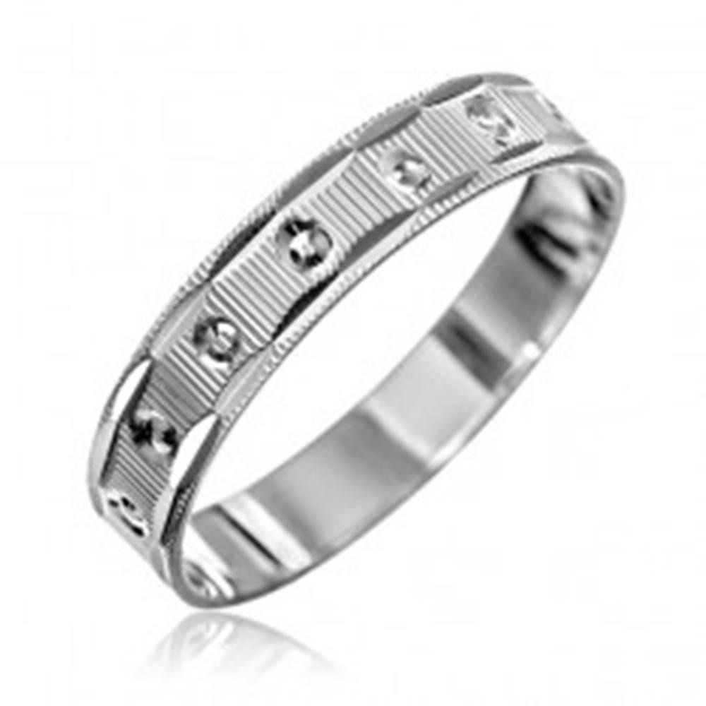Šperky eshop Strieborný prsteň 925 - vrúbky, pravidelné kruhy, zárezy na okrajoch - Veľkosť: 50 mm