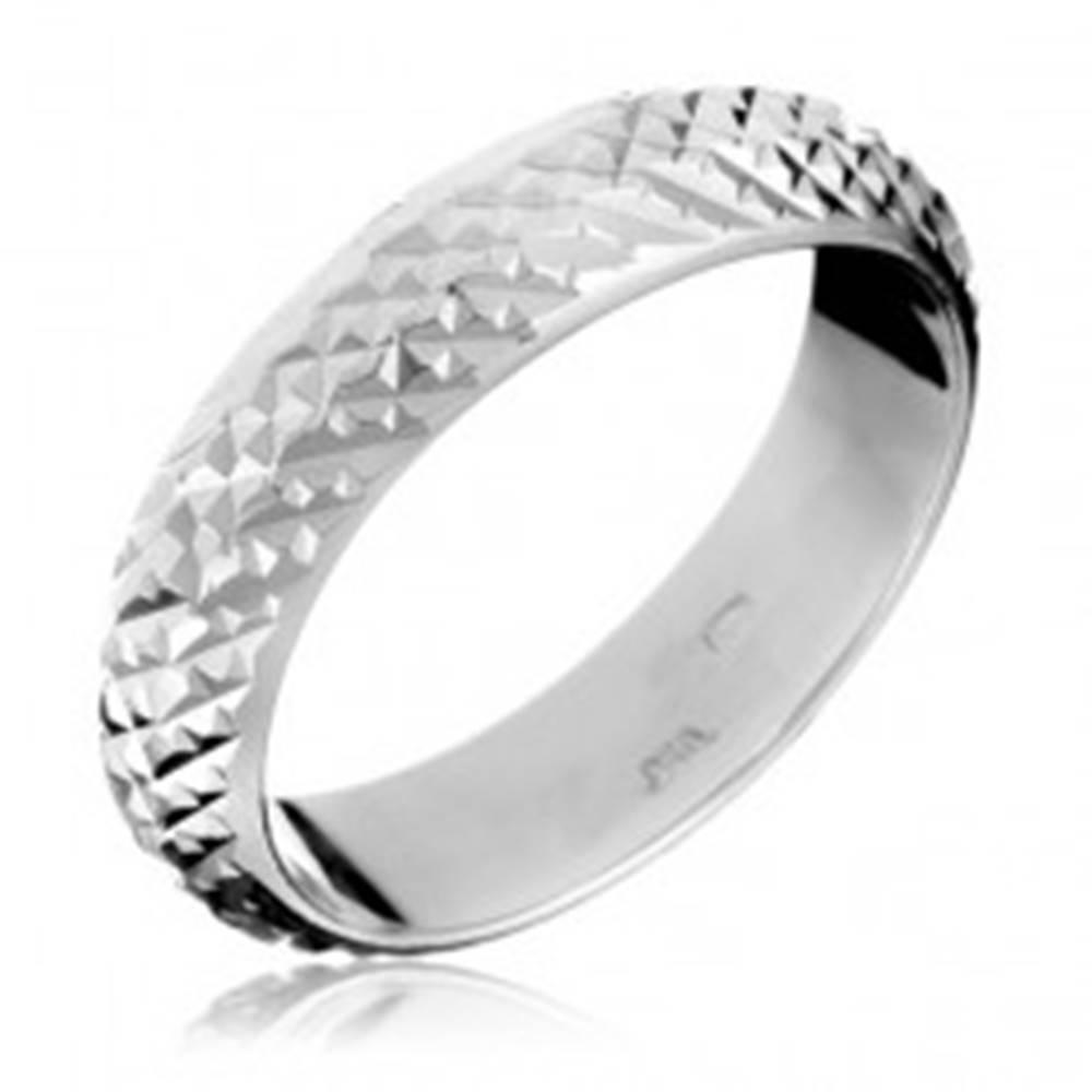 Šperky eshop Strieborný prsteň 925 - vystúpené lesklé pyramídky - Veľkosť: 49 mm