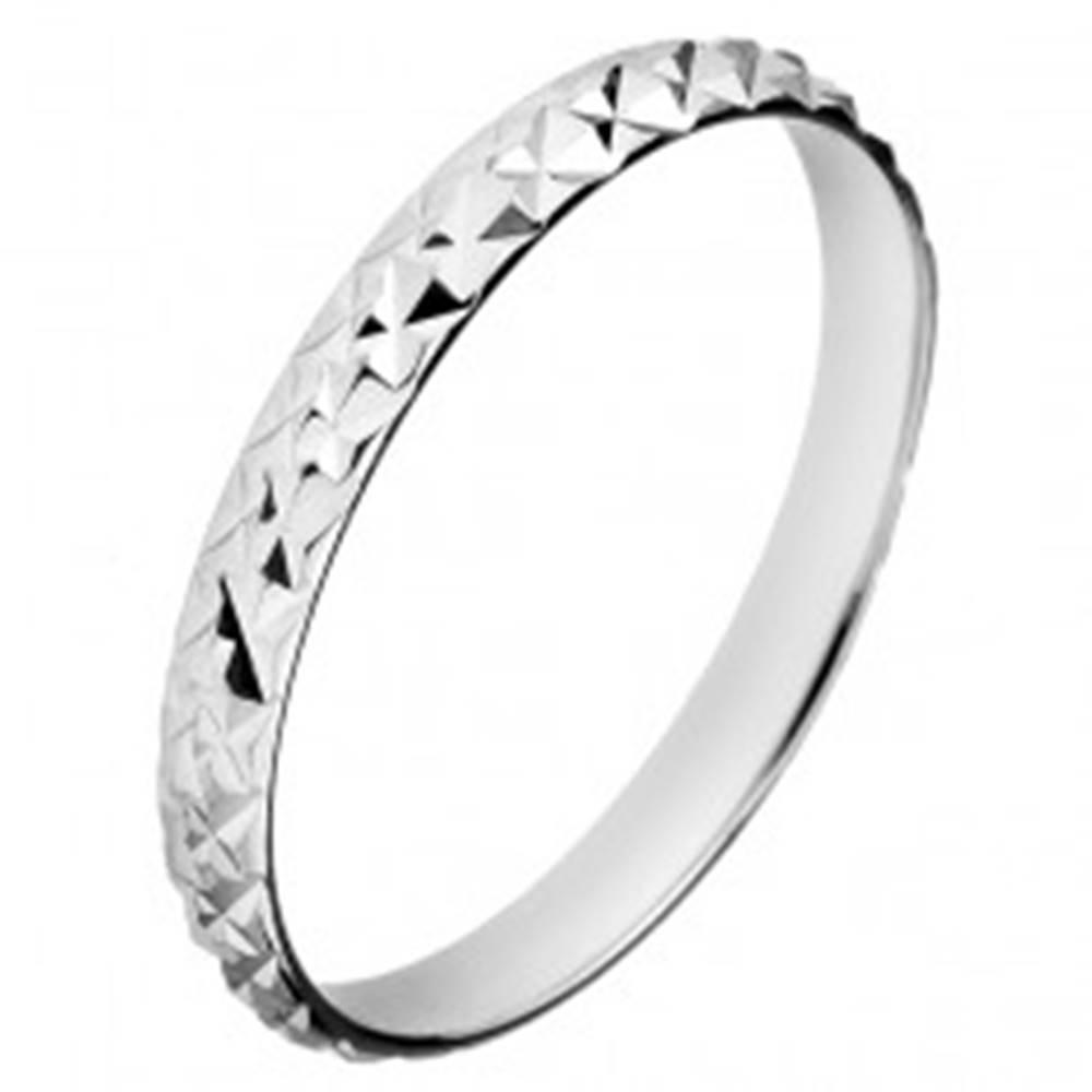 Šperky eshop Strieborný trblietavý prsteň 925 - vystúpené kosoštvorce - Veľkosť: 50 mm