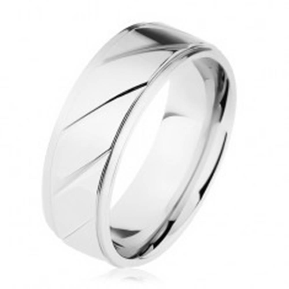 Šperky eshop Prsteň z ocele 316L, vyvýšený pás zdobený šikmými zárezmi, strieborná farba - Veľkosť: 54 mm