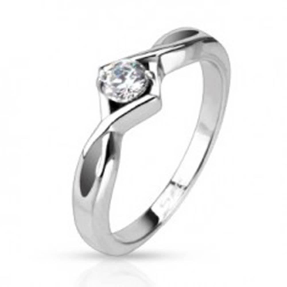 Šperky eshop Prsteň z ocele - rozdvojené a prekrížené ramená, okrúhly číry zirkón - Veľkosť: 48 mm
