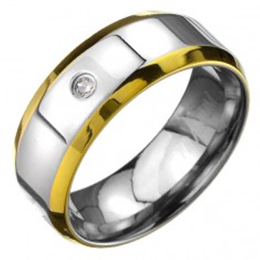 Šperky eshop Prsteň z titánu - obrúčka striebornej farby s okrajmi zlatej farby a zirkónom - Veľkosť: 57 mm
