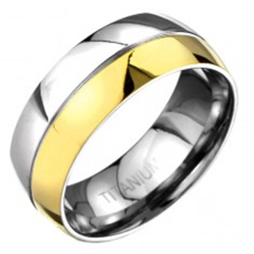 Šperky eshop Prsteň z titánu - zlato-striebornej farby zaoblená obrúčka s deliacou ryhou - Veľkosť: 57 mm