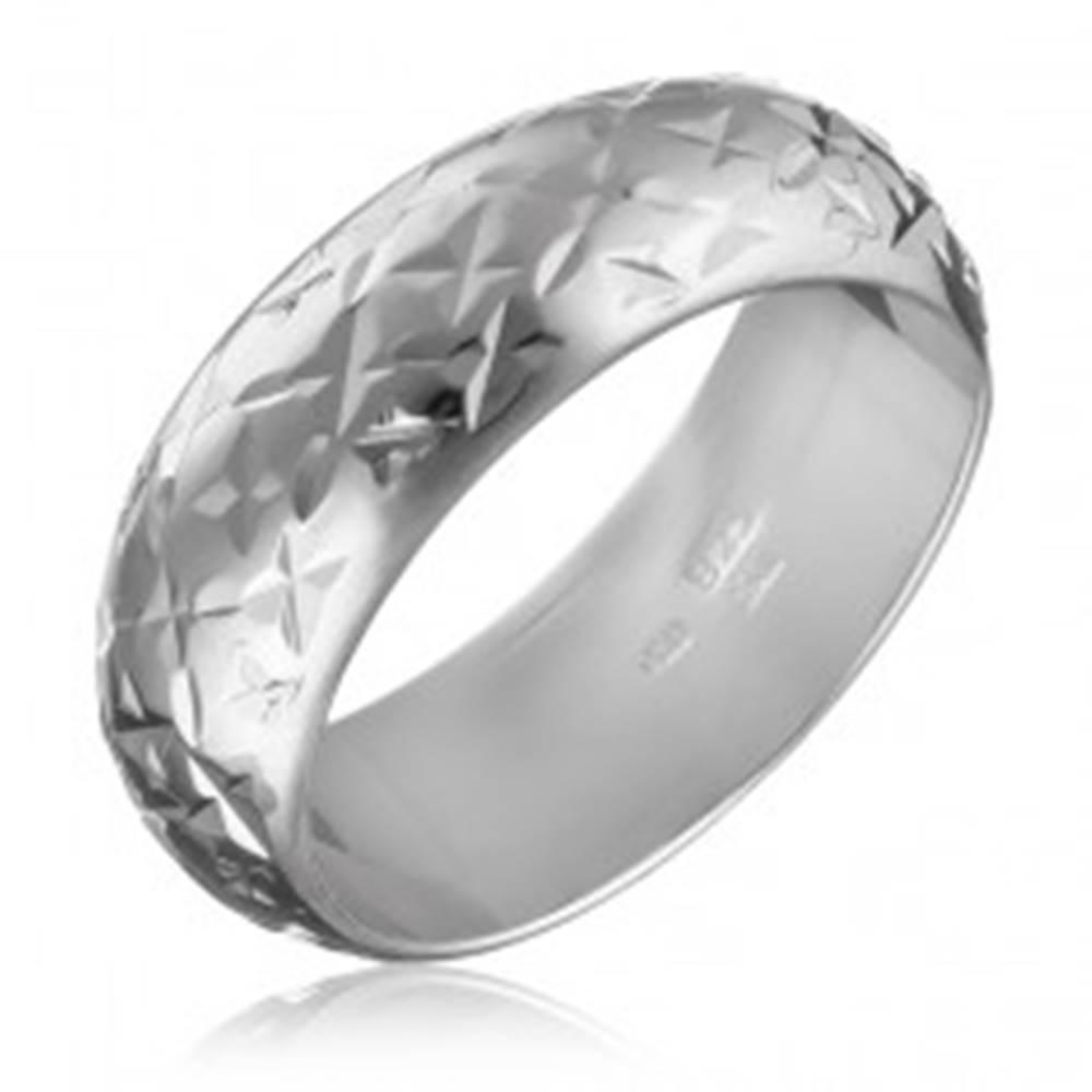 Šperky eshop Strieborný lesklý prsteň 925 - gravírované hviezdičky - Veľkosť: 50 mm
