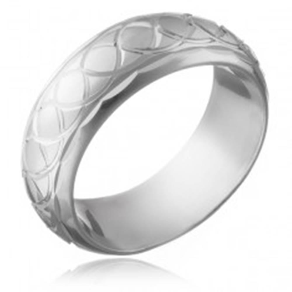 Šperky eshop Strieborný prsteň 925 - gravírované prepletané očká - Veľkosť: 50 mm