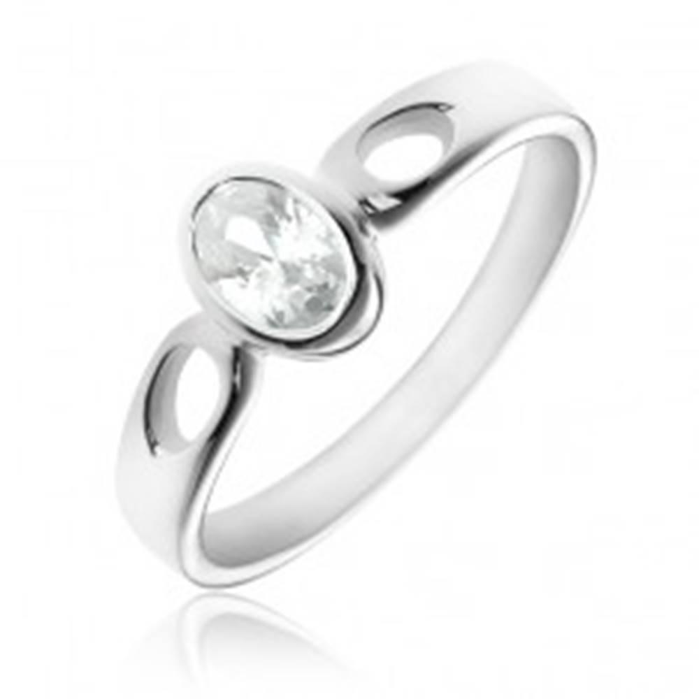 Šperky eshop Strieborný prsteň 925 - oválny číry zirkón, ramená so slzičkami - Veľkosť: 50 mm