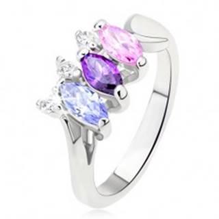 Lesklý prsteň striebornej farby s farebnými kamienkami usporiadanými vedľa seba - Veľkosť: 49 mm