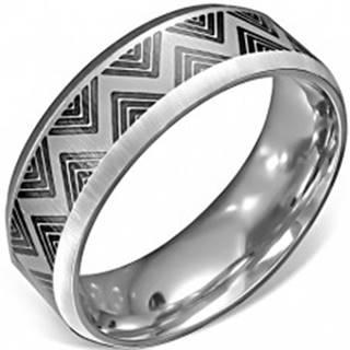 Oceľový prsteň - saténový povrch s čiernym cik-cak vzorom - Veľkosť: 54 mm