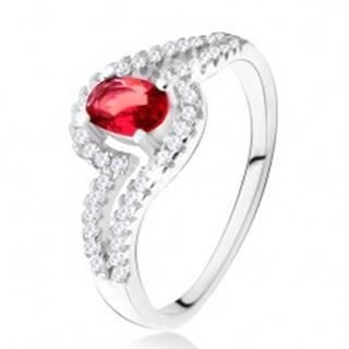 Prsteň s oválnym červeným kameňom, zvlnené zirkónové ramená, striebro 925 - Veľkosť: 49 mm