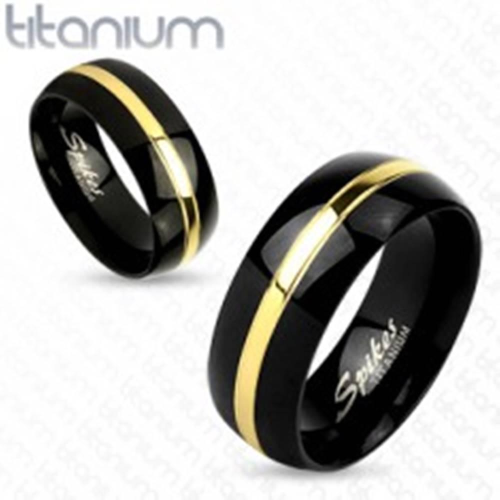 Šperky eshop Čierna obrúčka z titánu, lesklý oblý povrch, pás zlatej farby, 8 mm - Veľkosť: 59 mm